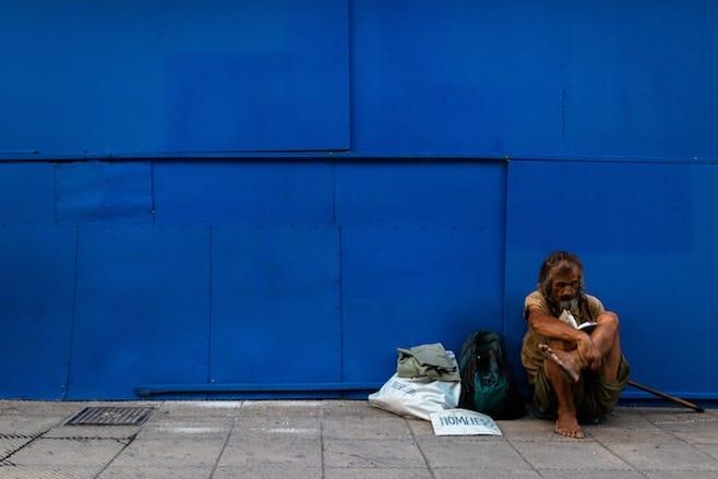 青い壁 男性 スラム街