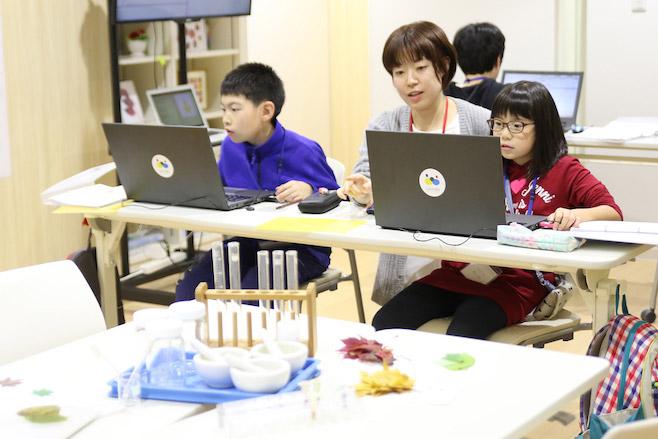 プログラミング教室 ラッコラ 教師 子供 指導風景